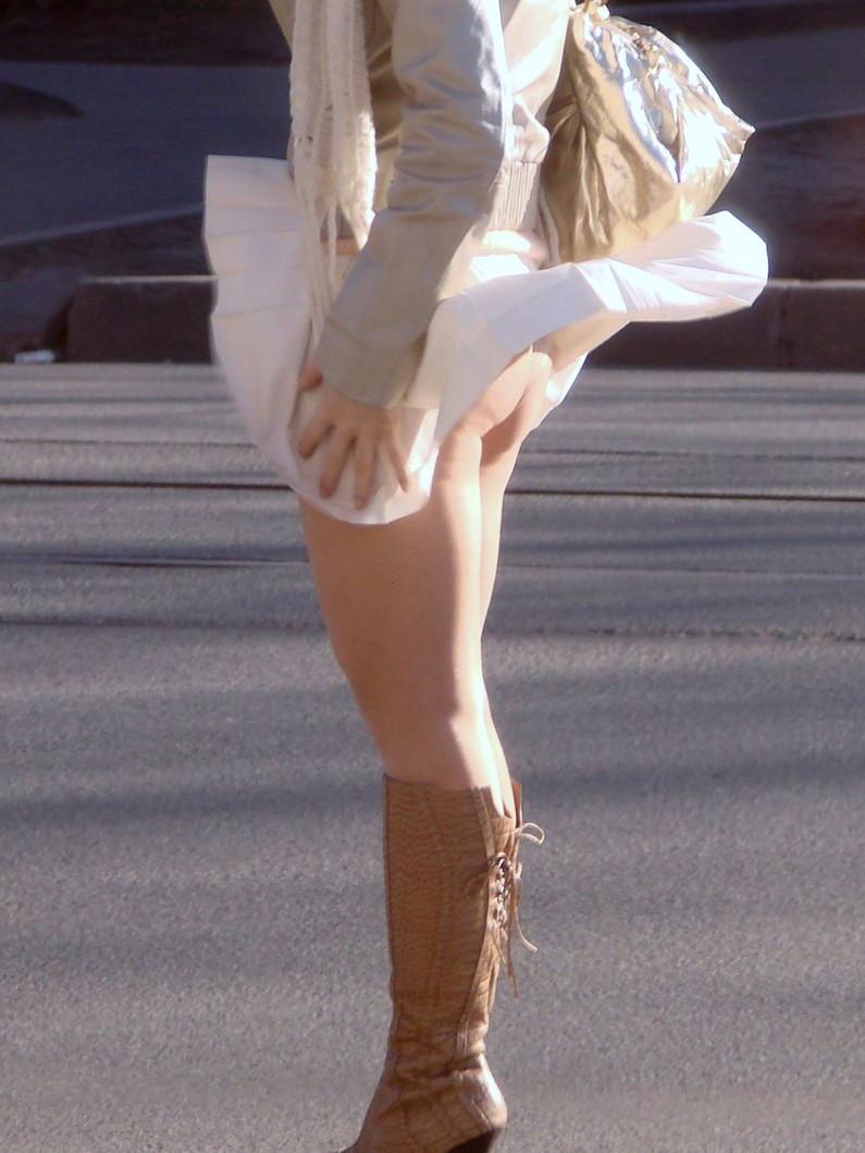 【ハプニングパンチラ画像】風邪でスカートめくれ上がった女の子達のパンツが丸見えにww 19