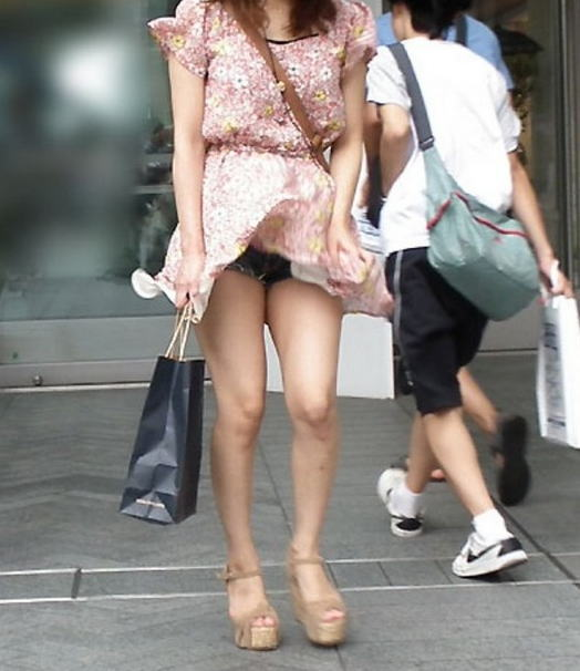 【ハプニングパンチラ画像】風邪でスカートめくれ上がった女の子達のパンツが丸見えにww 23