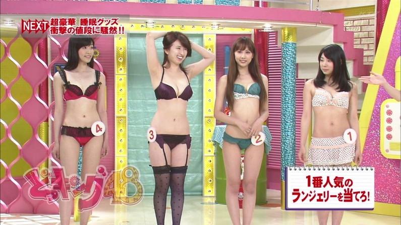 【水着キャプ画像】水着や下着からこぼれんばかりの巨乳美女がテレビに出てオッパイアピールw 01