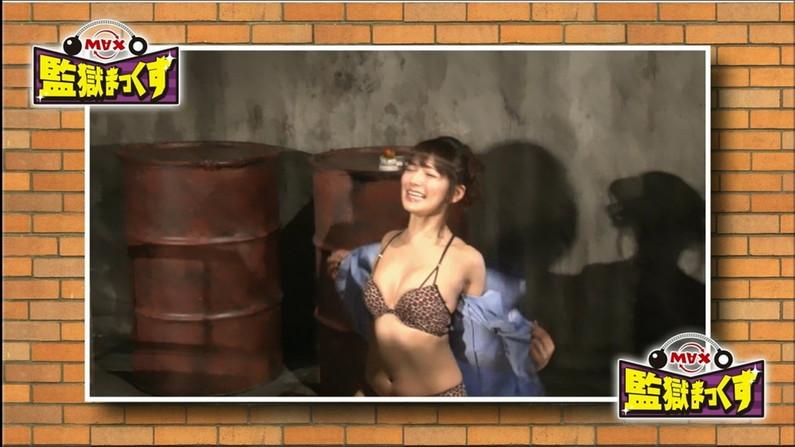 【水着キャプ画像】水着や下着からこぼれんばかりの巨乳美女がテレビに出てオッパイアピールw 13