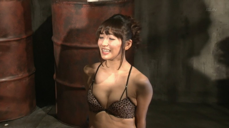 【水着キャプ画像】水着や下着からこぼれんばかりの巨乳美女がテレビに出てオッパイアピールw 14