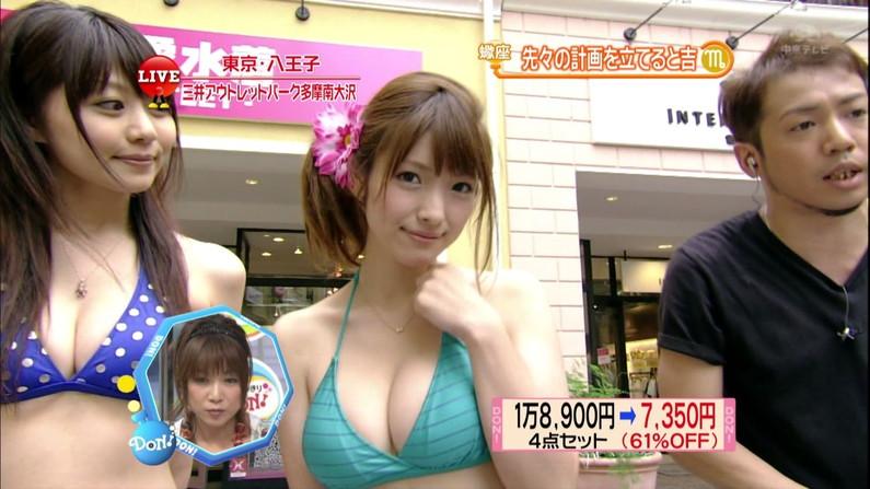 【水着キャプ画像】水着や下着からこぼれんばかりの巨乳美女がテレビに出てオッパイアピールw 17