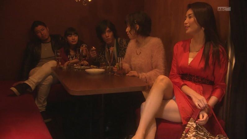 【パンチラキャプ画像】テレビでこんなけスカートの奥まで見えてるんだからこれはパンツだろ?w 11