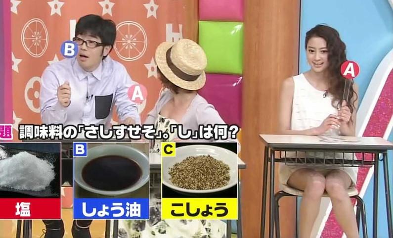 【パンチラキャプ画像】テレビでこんなけスカートの奥まで見えてるんだからこれはパンツだろ?w 14