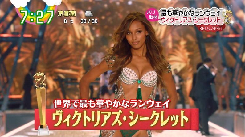 【水着キャプ画像】巨乳美女がエロい水着や下着姿でテレビに出て来てオッパイ見せまくりw 07