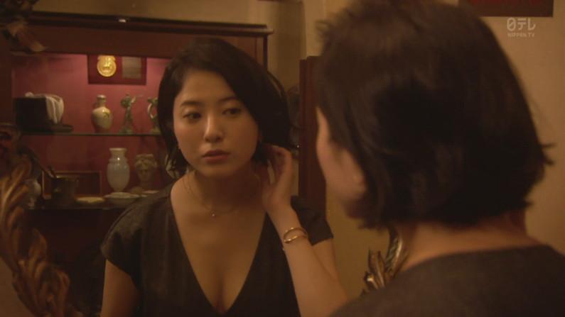 【胸ちらキャプ画像】タレント達がエロいオッパイの谷間を強調させながらテレビでオッパイアピールw 10