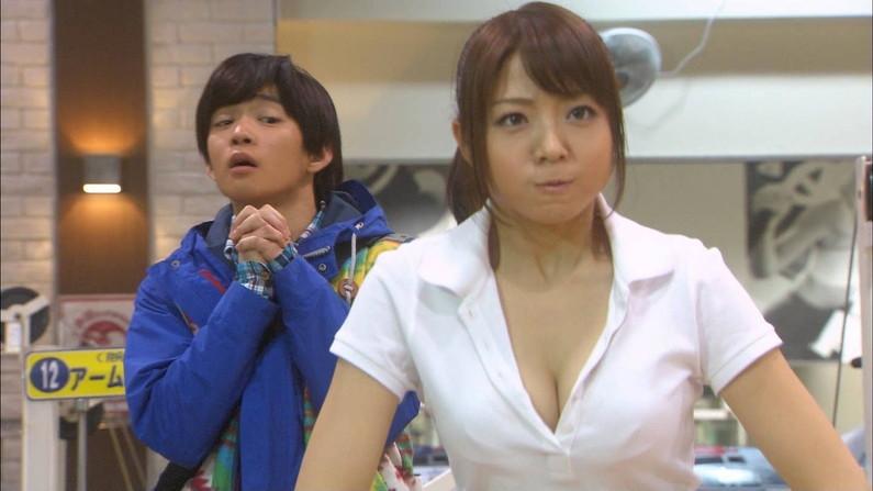 【胸ちらキャプ画像】普通に服着ててもオッパイポロ―ンしてるタレント達w 15