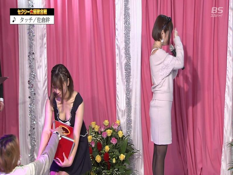 【お宝エロ画像】セクシー女優歌合戦とか言う番組で女優達が歌ってる最中に股間に電気流されて悶絶しとったww