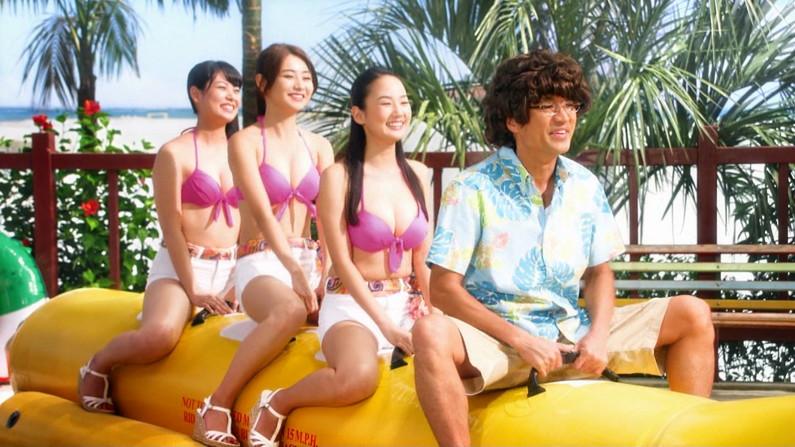 【水着キャプ画像】やっぱ水美女ってオッパイから先に見ちゃう?ww
