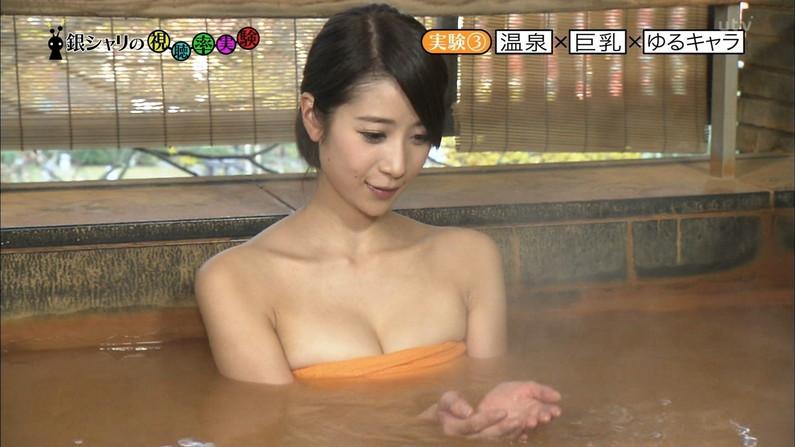 【温泉キャプ画像】温泉番組に出るタレントさん達がバスタオルから出すハミ乳ってエロすぎるだろw 01