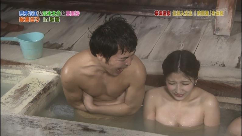 【温泉キャプ画像】温泉番組に出るタレントさん達がバスタオルから出すハミ乳ってエロすぎるだろw 04