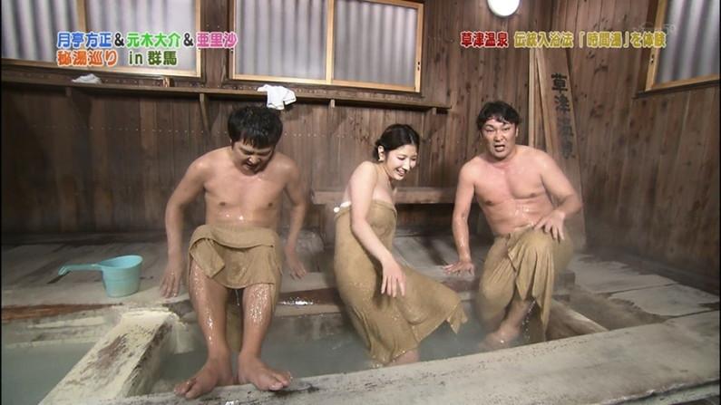 【温泉キャプ画像】温泉番組に出るタレントさん達がバスタオルから出すハミ乳ってエロすぎるだろw 14