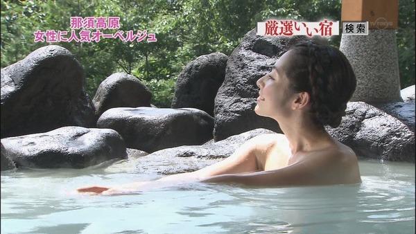 【温泉キャプ画像】温泉番組に出るタレントさん達がバスタオルから出すハミ乳ってエロすぎるだろw 18