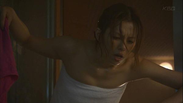 【温泉キャプ画像】温泉番組に出るタレントさん達がバスタオルから出すハミ乳ってエロすぎるだろw 22