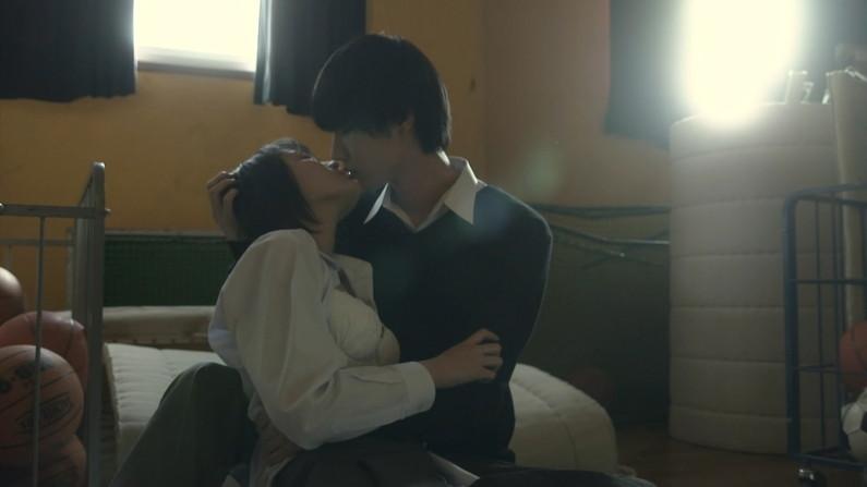 【キスキャプ画像】こんなキス顔見たりキスされたりしたら思わずテレビ越しでもドキドキしちゃうぞww 01