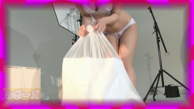 【お宝エロ画像】ケンコバのバコバコTVで水着美女がエロいポーズ取ってるぞww 22