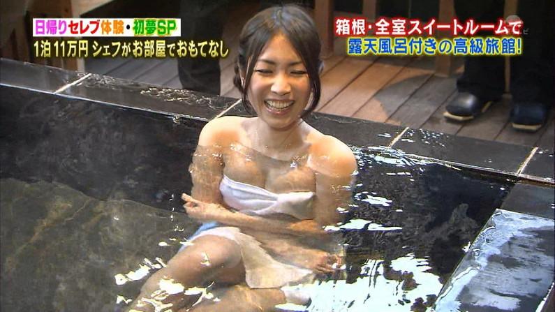 【温泉キャプ画像】温泉レポでバスタオルからハミ乳させてる巨乳タレントって何なんだ?w 03