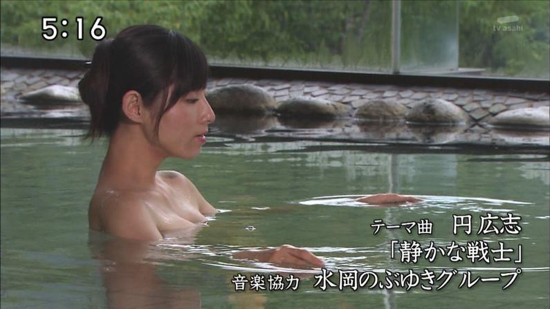 【温泉キャプ画像】温泉レポでバスタオルからハミ乳させてる巨乳タレントって何なんだ?w 04