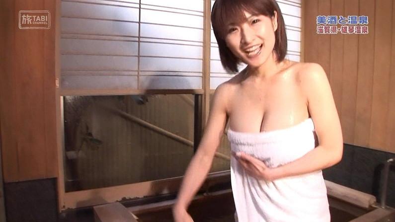 【温泉キャプ画像】温泉レポでバスタオルからハミ乳させてる巨乳タレントって何なんだ?w 05