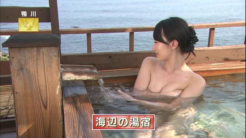 【温泉キャプ画像】温泉レポでバスタオルからハミ乳させてる巨乳タレントって何なんだ?w 08