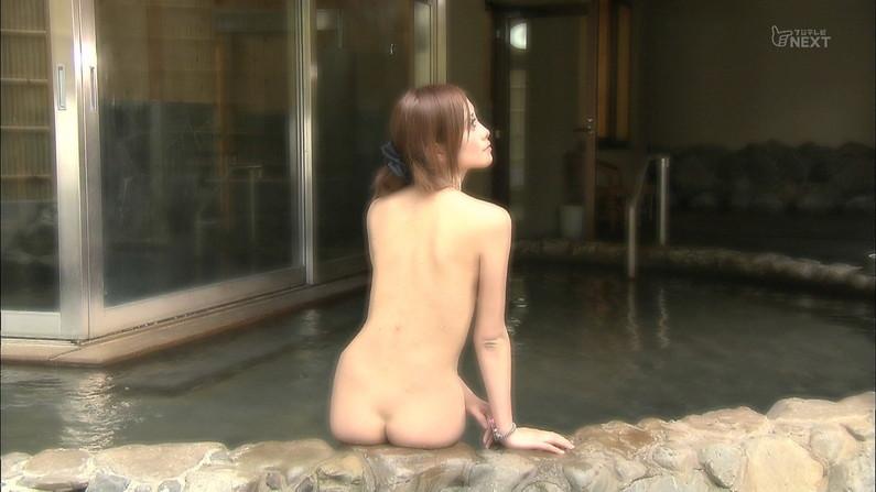 【温泉キャプ画像】温泉レポでバスタオルからハミ乳させてる巨乳タレントって何なんだ?w 09