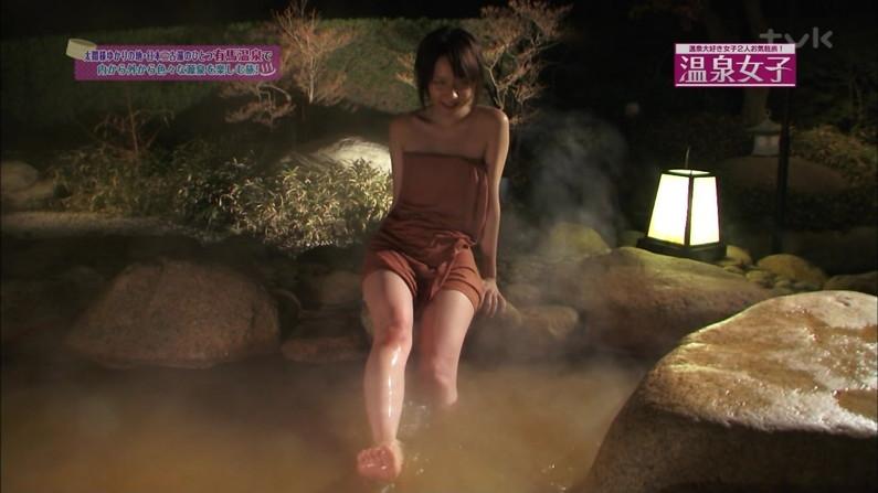 【温泉キャプ画像】温泉レポでバスタオルからハミ乳させてる巨乳タレントって何なんだ?w 12