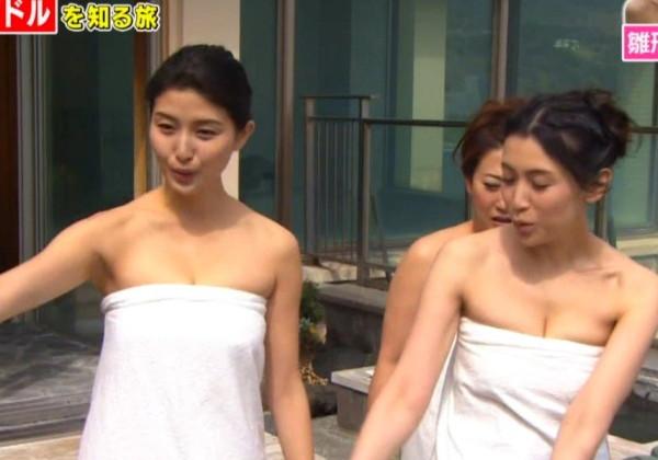 【温泉キャプ画像】温泉レポでバスタオルからハミ乳させてる巨乳タレントって何なんだ?w 13