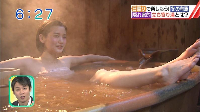 【温泉キャプ画像】温泉レポでバスタオルからハミ乳させてる巨乳タレントって何なんだ?w 15