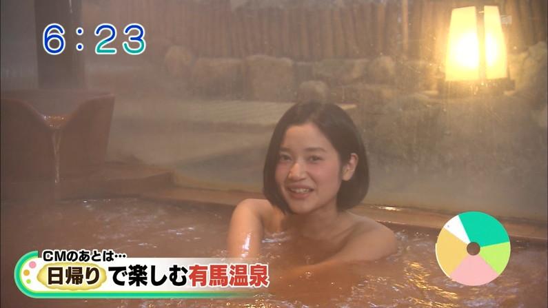 【温泉キャプ画像】温泉レポでバスタオルからハミ乳させてる巨乳タレントって何なんだ?w 16