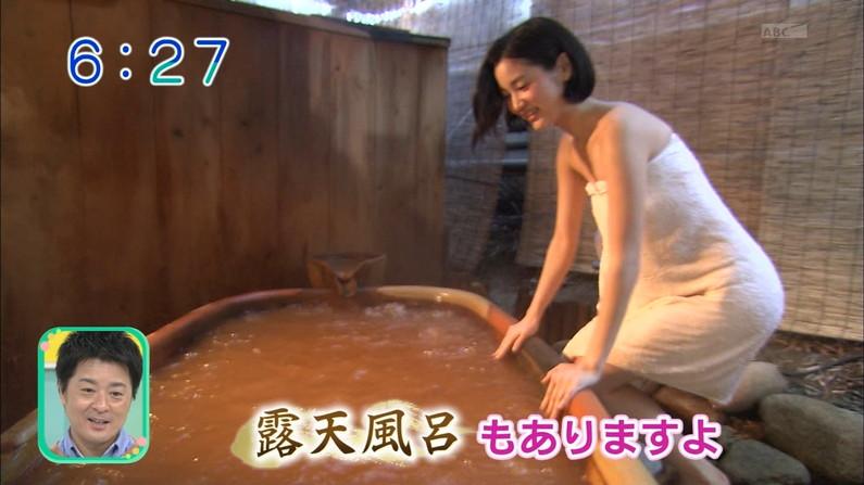 【温泉キャプ画像】温泉レポでバスタオルからハミ乳させてる巨乳タレントって何なんだ?w 17