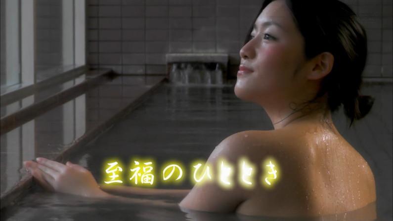 【温泉キャプ画像】温泉レポでバスタオルからハミ乳させてる巨乳タレントって何なんだ?w 18