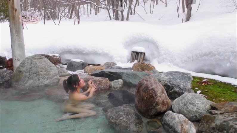 【温泉キャプ画像】温泉レポでバスタオルからハミ乳させてる巨乳タレントって何なんだ?w 20