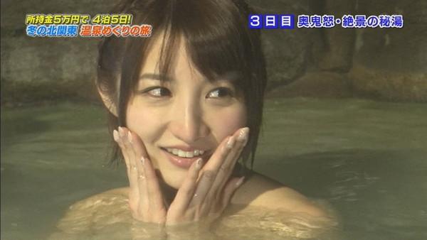 【温泉キャプ画像】温泉レポでバスタオルからハミ乳させてる巨乳タレントって何なんだ?w 22