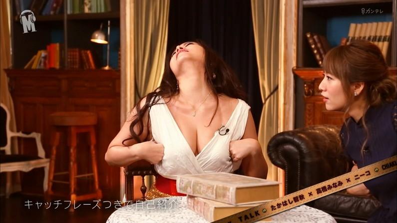 【胸ちらキャプ画像】テレビなのに豪快に谷間見せてくる女性達ww