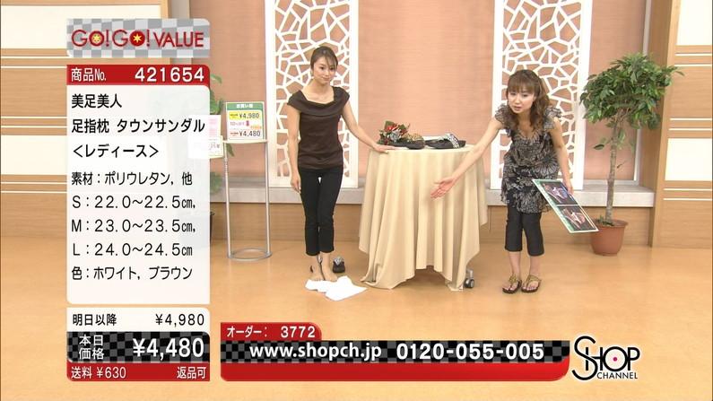 【胸ちらキャプ画像】テレビなのに豪快に谷間見せてくる女性達ww 01