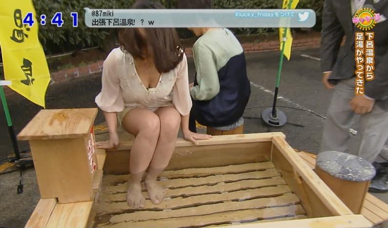 【胸ちらキャプ画像】テレビなのに豪快に谷間見せてくる女性達ww 09
