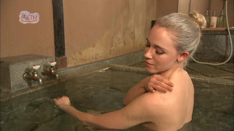 【温泉キャプ画像】タレントさん達がハミ乳しながら温泉レポートしてるんだけどw 23