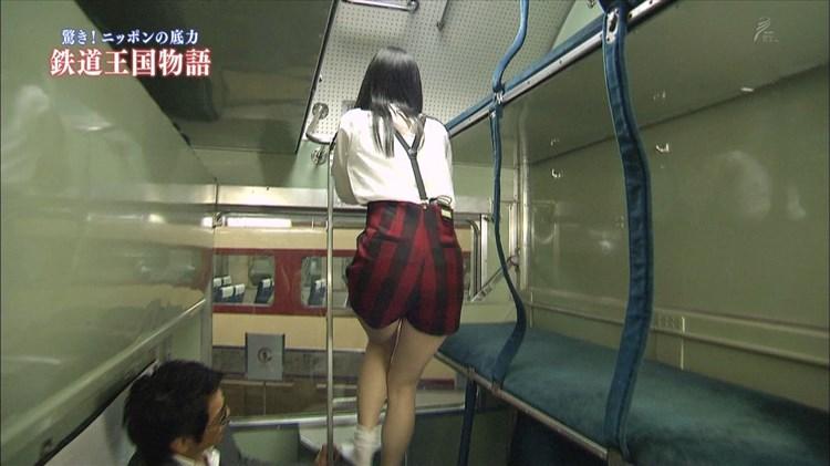 【太ももテレビキャプ画像】パンツが見える限界まで太もも露出しちゃうタレント達w 21