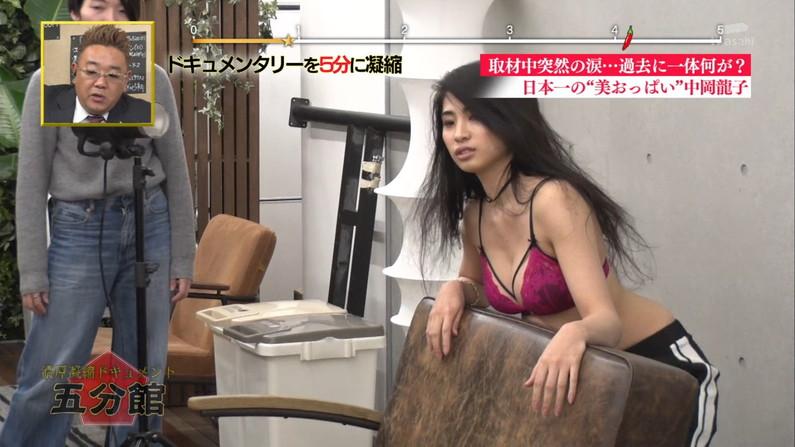 【水着キャプ画像】オッパイが水着からはみ出しまくりw思わず水着をズリ下げたくなる巨乳アイドル達w 18