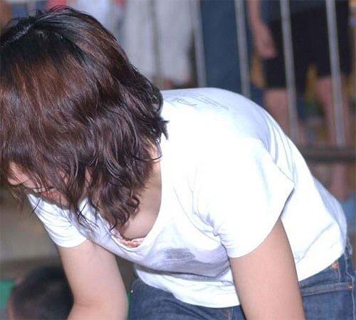 【ポロリ画像】お姉さんの乳首見えてるんだけど、大概見えてる乳首は勃起してるww 09