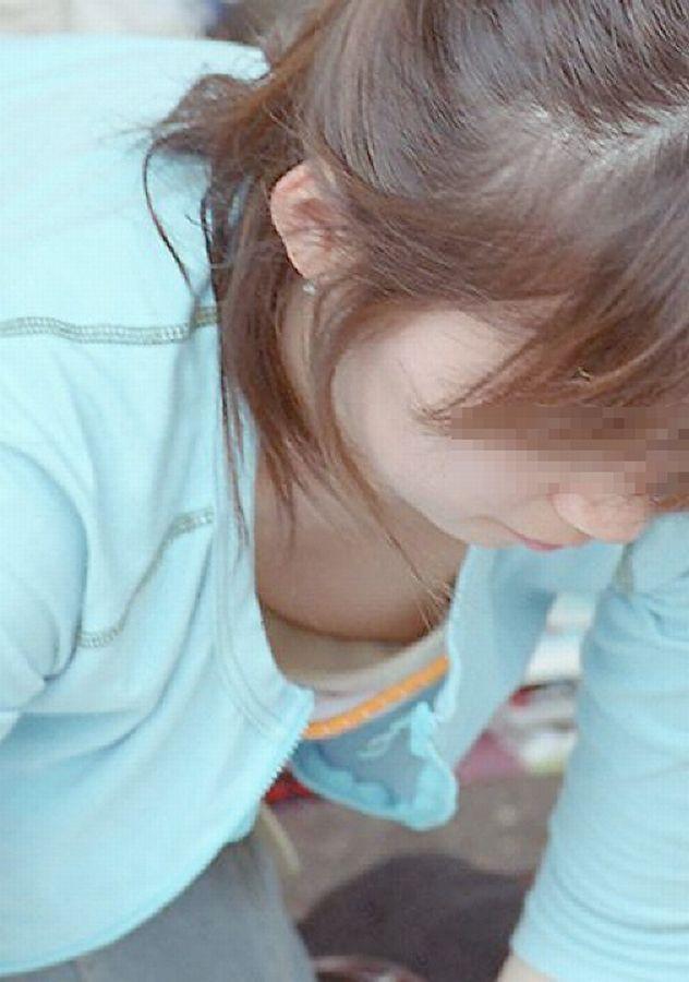 【ポロリ画像】お姉さんの乳首見えてるんだけど、大概見えてる乳首は勃起してるww 10