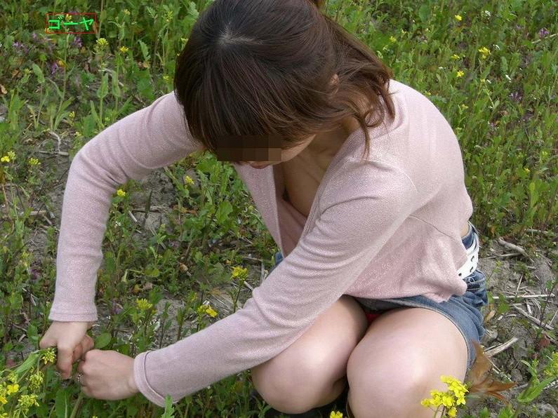 【ポロリ画像】お姉さんの乳首見えてるんだけど、大概見えてる乳首は勃起してるww 17