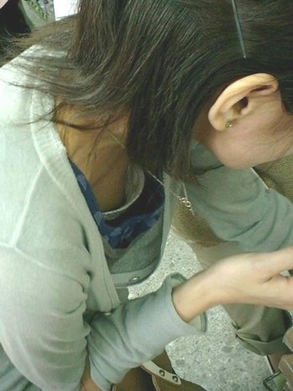 【ポロリ画像】お姉さんの乳首見えてるんだけど、大概見えてる乳首は勃起してるww 21