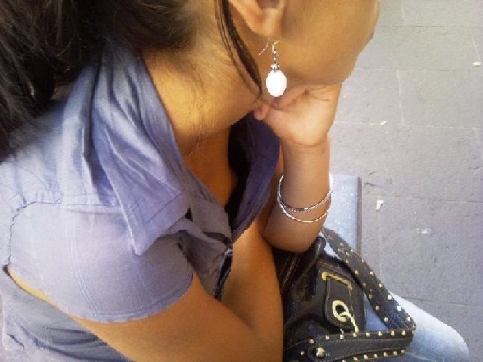 【ポロリ画像】お姉さんの乳首見えてるんだけど、大概見えてる乳首は勃起してるww 22