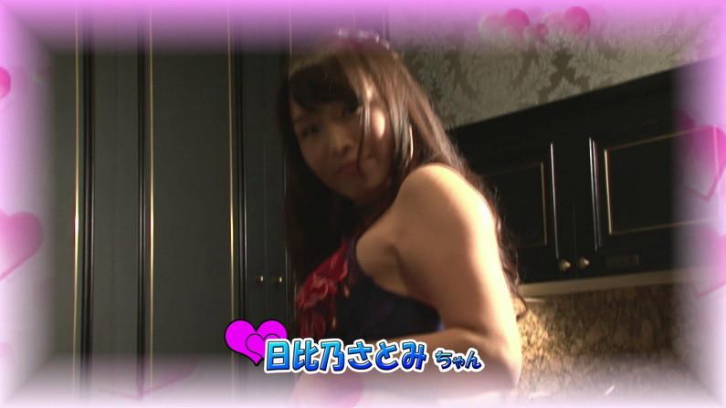 【お宝キャプ画像】爆乳の女の子がオッパイ丸出しでオッパイにマフラー擦り付けてたww 04