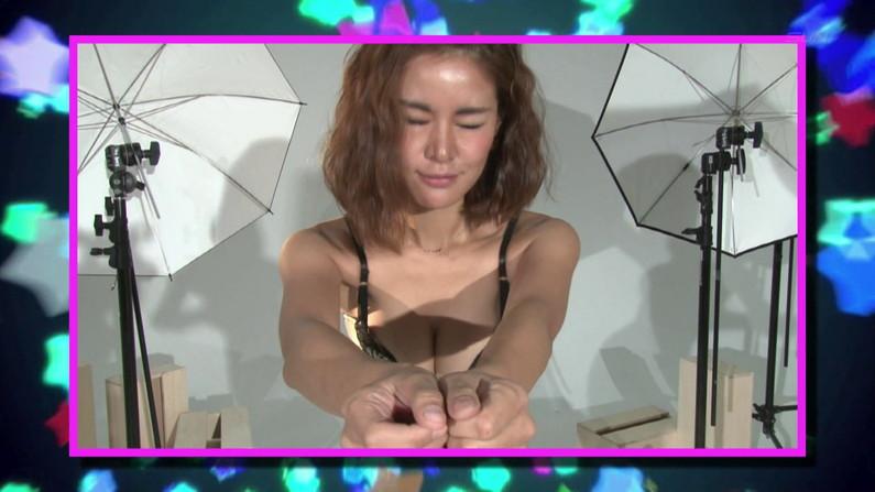 【お宝キャプ画像】爆乳の女の子がオッパイ丸出しでオッパイにマフラー擦り付けてたww 16