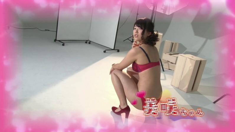 【お宝キャプ画像】爆乳の女の子がオッパイ丸出しでオッパイにマフラー擦り付けてたww 17