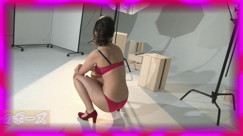 【お宝キャプ画像】爆乳の女の子がオッパイ丸出しでオッパイにマフラー擦り付けてたww 23