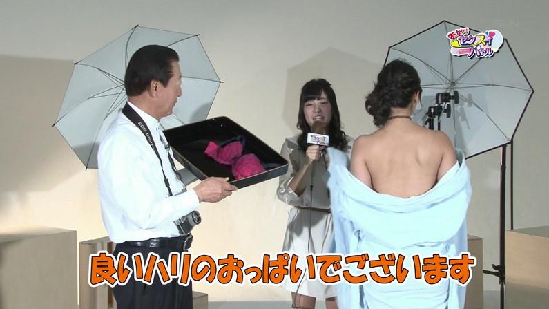 【お宝キャプ画像】爆乳の女の子がオッパイ丸出しでオッパイにマフラー擦り付けてたww 36