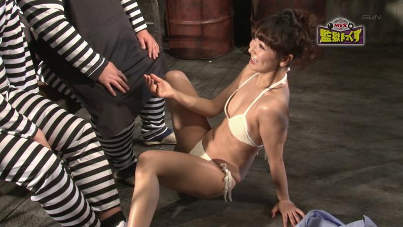 【お宝キャプ画像】爆乳の女の子がオッパイ丸出しでオッパイにマフラー擦り付けてたww 38